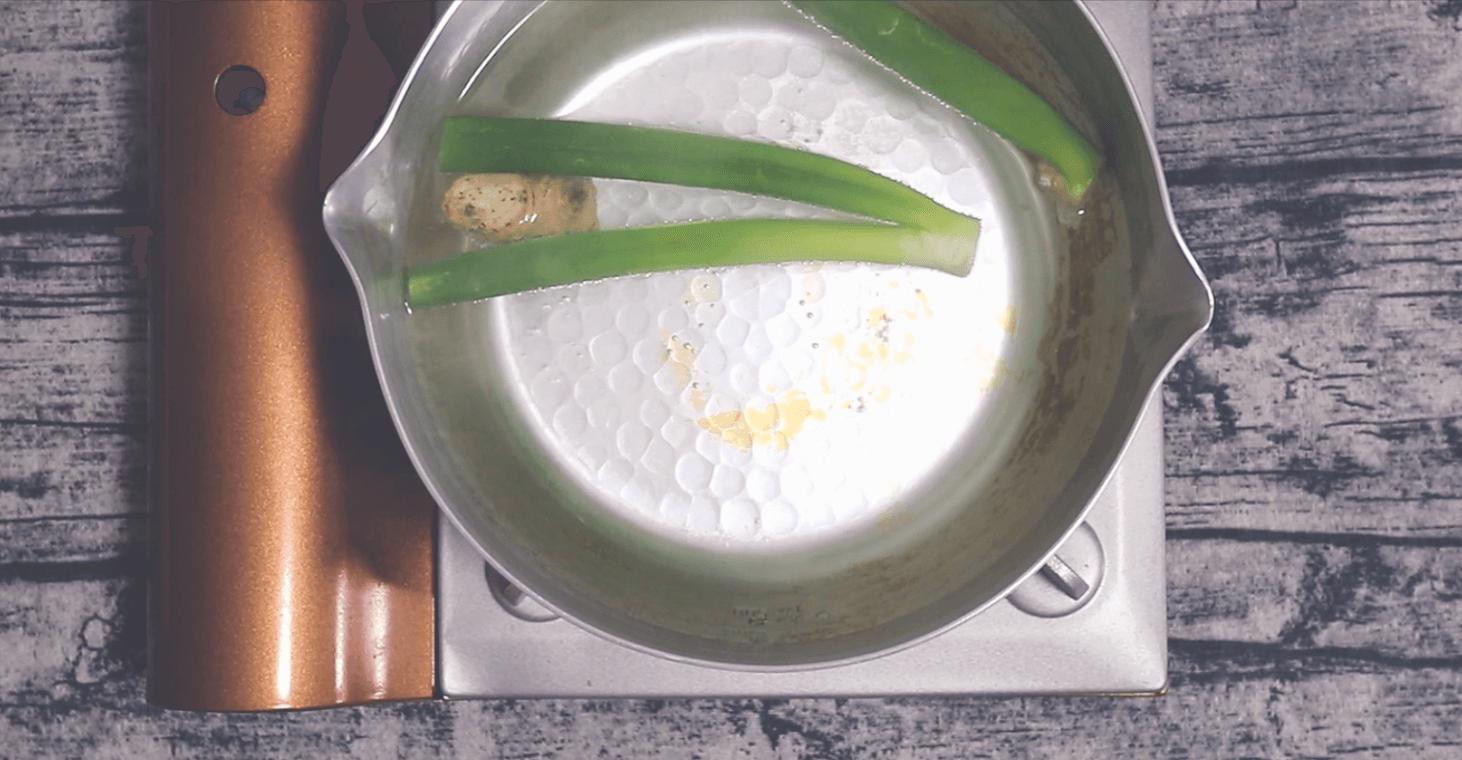 鍋で長ネギの青い部分・生姜を茹でていきます