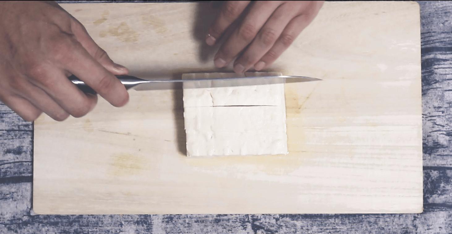 木綿豆腐を一口大に切る