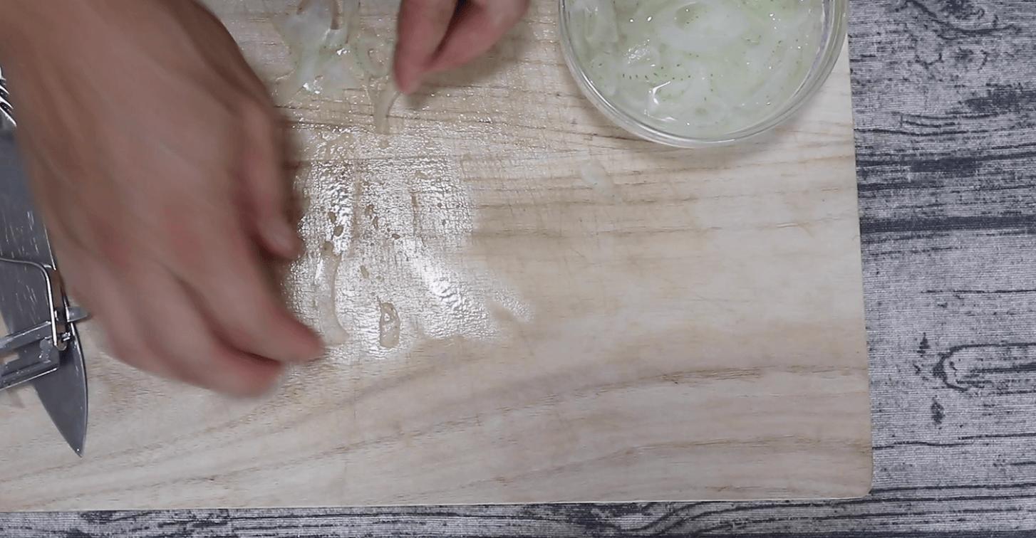 玉ねぎは水につけます