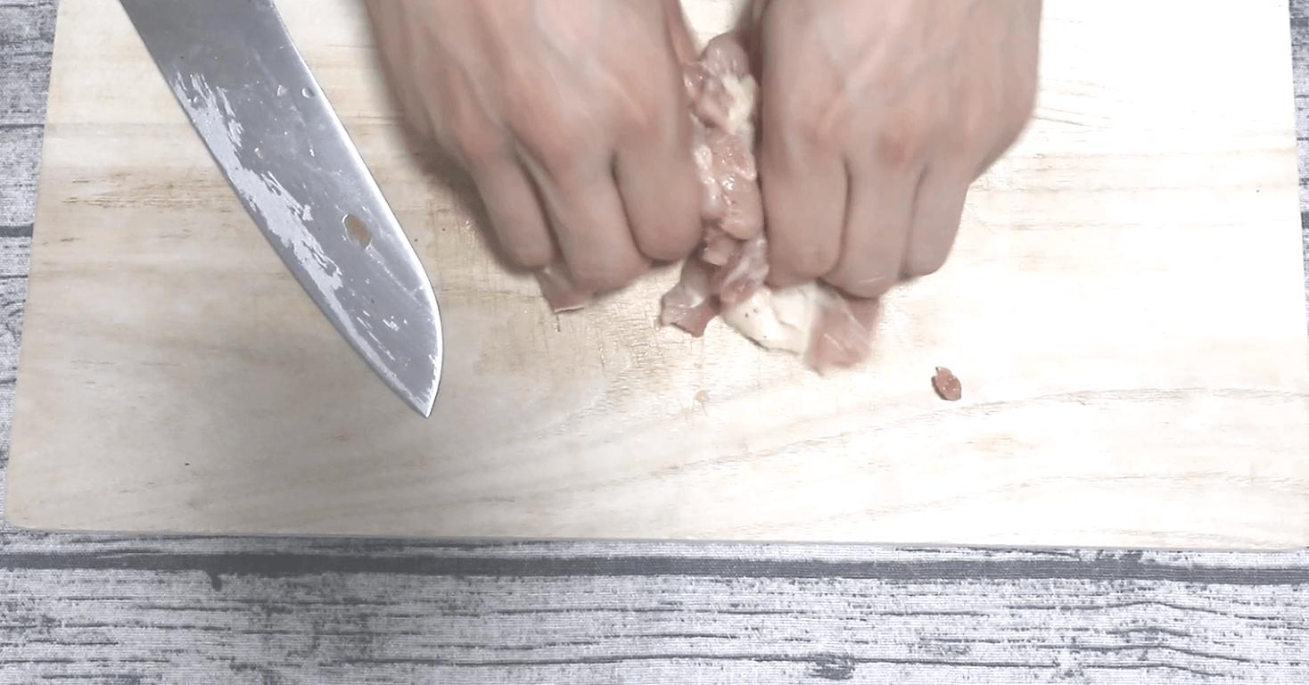 鶏肉に塩胡椒を揉み込む