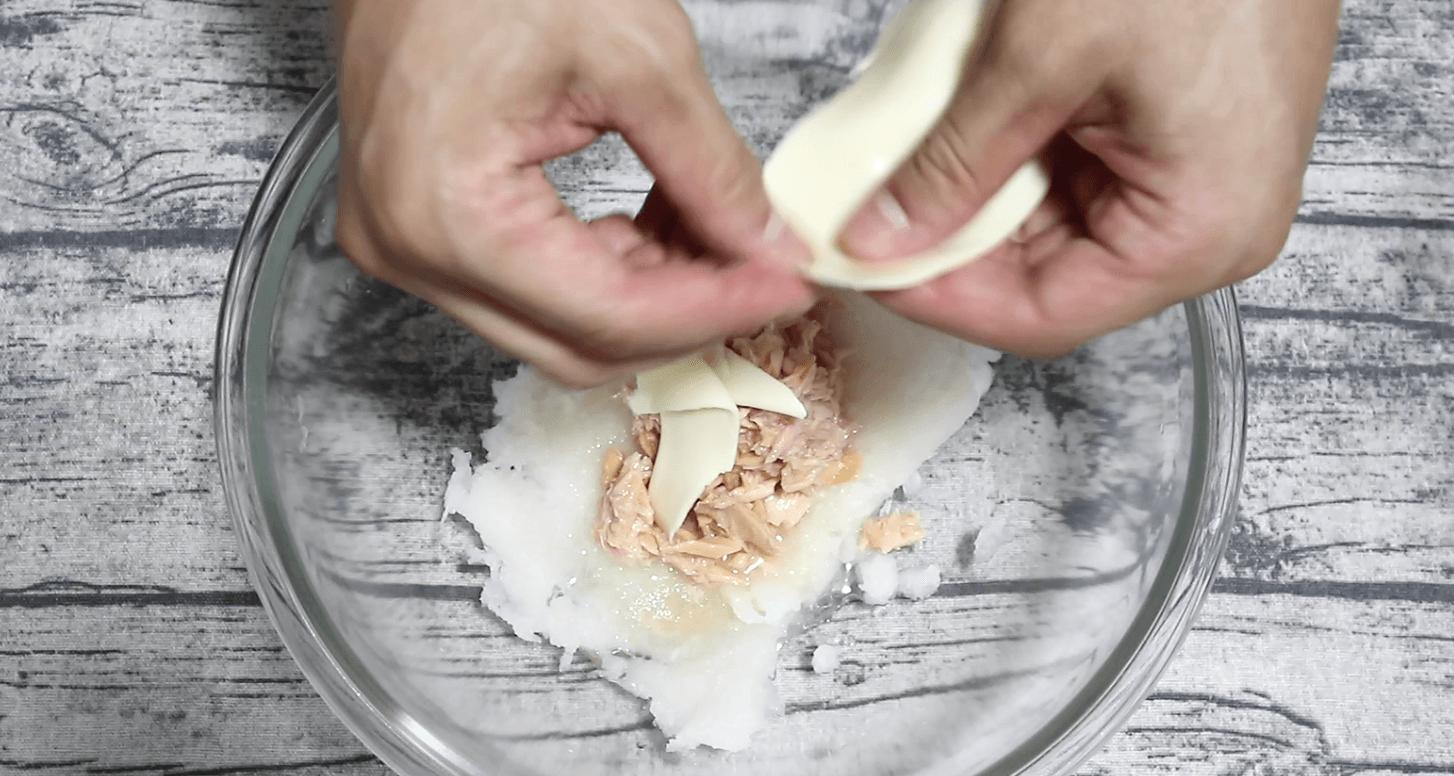 とろけるチーズをちぎって入れる