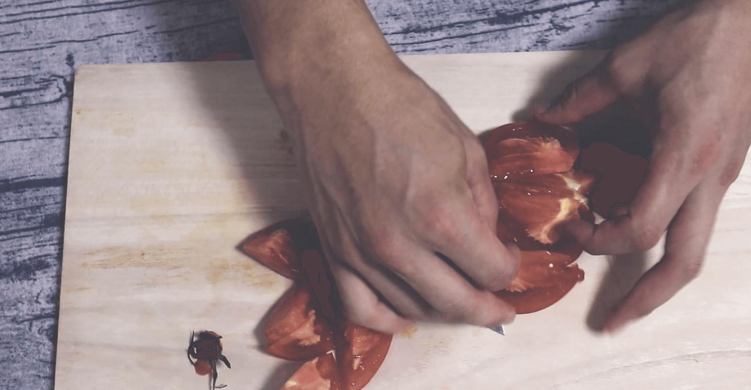 トマトを一口大に切る