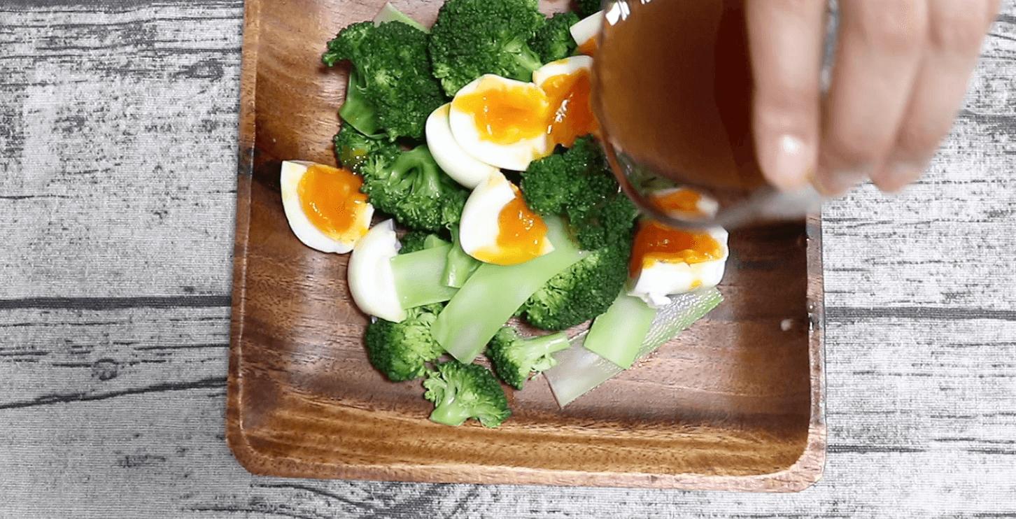 お皿にブロッコリーと半熟卵を盛り、ドレッシングをかける