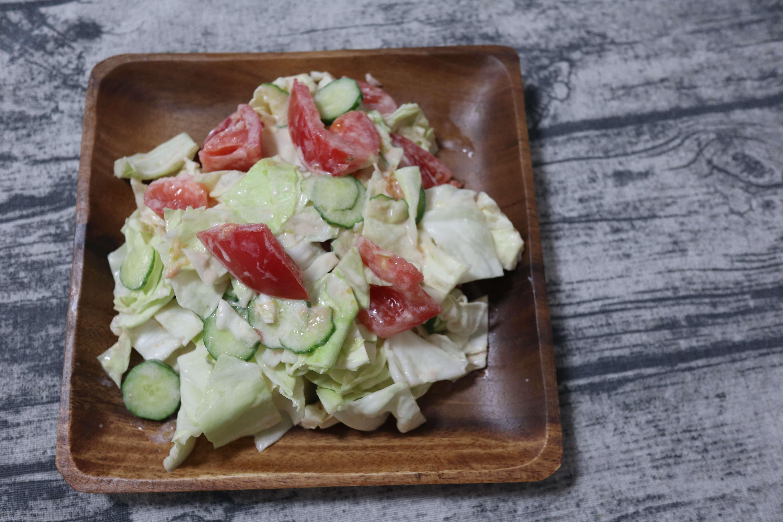キャベツとトマトときゅうりのコールスローサラダの完成