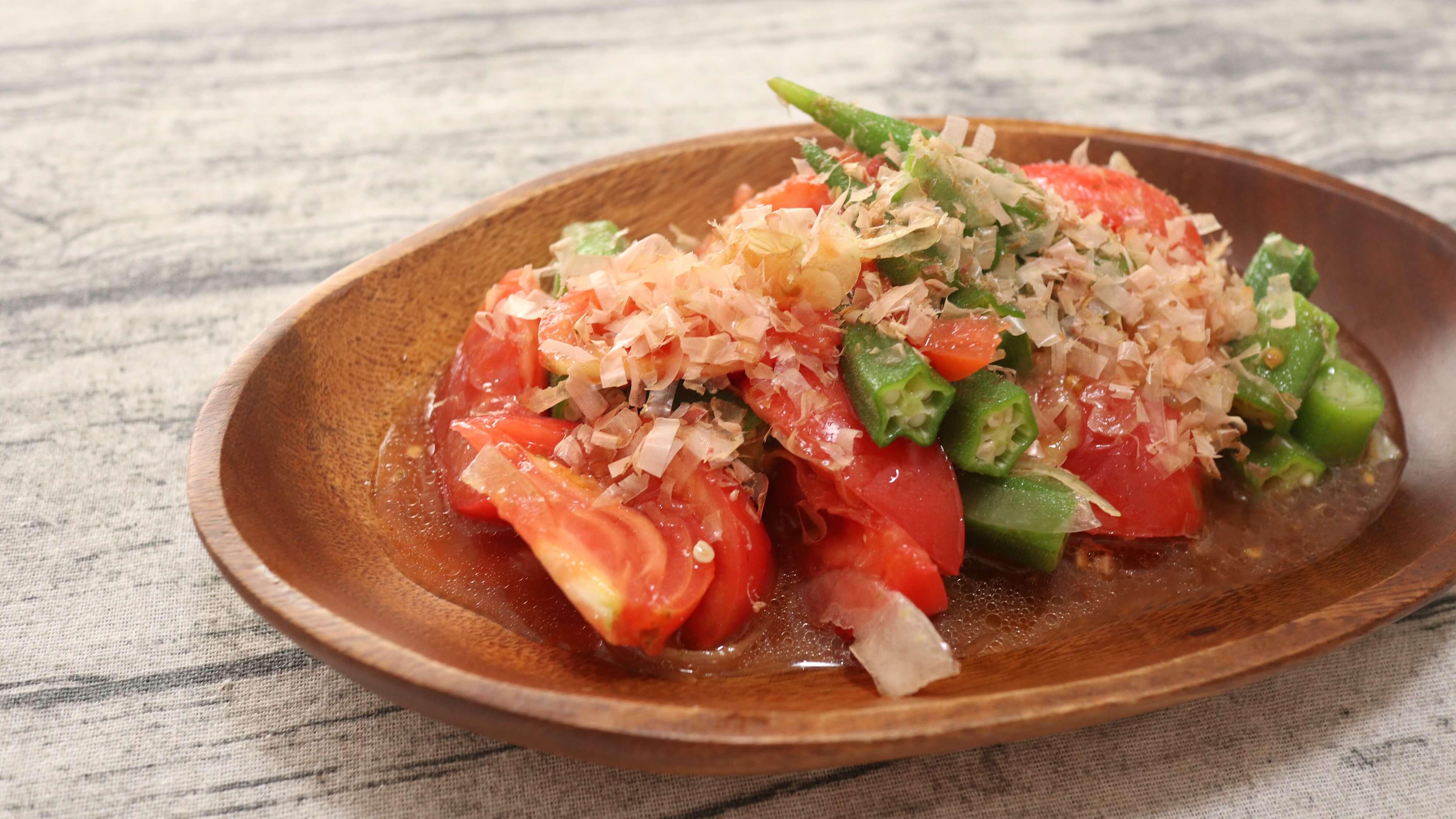 【鰹節乗せ】トマトとオクラと玉ねぎの和風ドレッシングサラダの完成