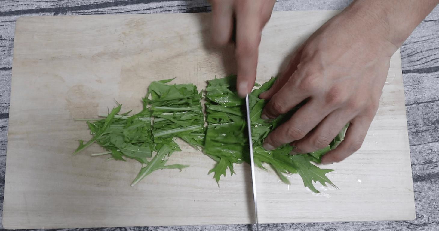 水菜を一口大に切る