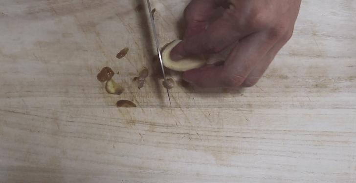 生姜の皮を軽く剥く