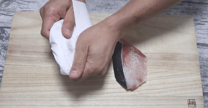 ブリの水分をしっかり拭き取る